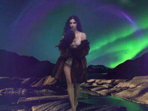 Kim Kardashian volta aos holofotes só de lingerie em vídeo inédito