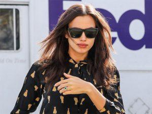 Grávida, Irina Shayk usa anel de esmeraldas dado por Bradley Cooper