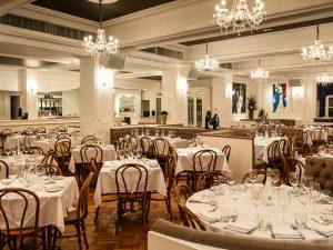 Bagatelle do Rio completa um ano com jantar beneficente e turma animada