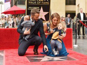 Blake Lively e Ryan Reynolds em primeira aparição com as duas filhas