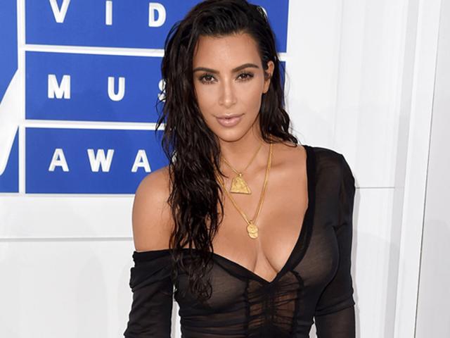 Kim Kardashian usa o penteado molhado com os fios lisos e também ondulados