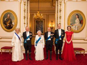 Kate Middleton usa tiara favorita de Lady Di em novo retrato da família real
