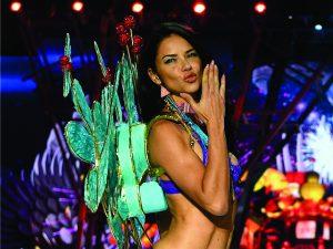 Brasileira Adriana Lima é eleita a 'Angel' mais influente da Victoria's Secret