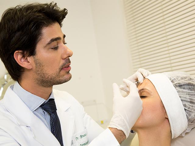 Dr. Bruno Vargas realizando o procedimento || Foto: João Avelino