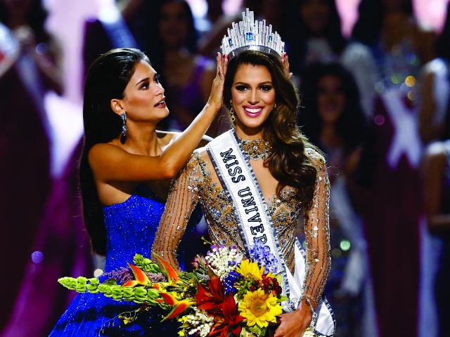 Iris recebe a coroa da vencedora de 2016 do Miss Universo, a filipina Pia Alonzo Wurtzbach || Créditos: Divulgação