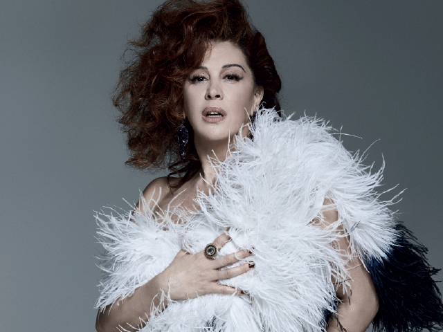 Cláudia Raia usa boá Ralph Lauren, brinco e anel Silvia Furmanovich