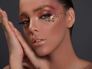 Maquiadora ensina a dar vida a olhos poderosos para um Carnaval de diva!