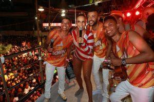 Ivete Sangalo recebeu turma da Grande Rio para cantar em cima do trio
