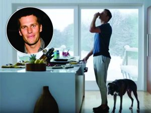 Tom Brady divide a cena com pet em comercial que vai ao ar no Super Bowl