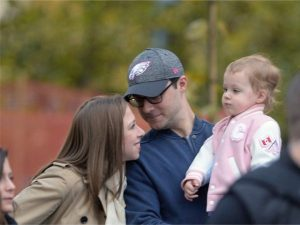 Aos 2 anos, neta de Bill e Hillary Clinton participa pela primeira vez de protesto