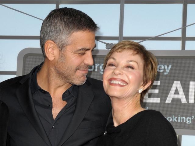 George Clooney com a mãe, Nina || Créditos: Getty Images