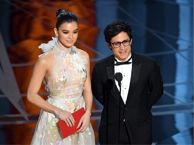 Hailee Seinfeld e Gale García Bernal apresentam prêmio: o mexicano cutucou Trump    Créditos: Getty Images