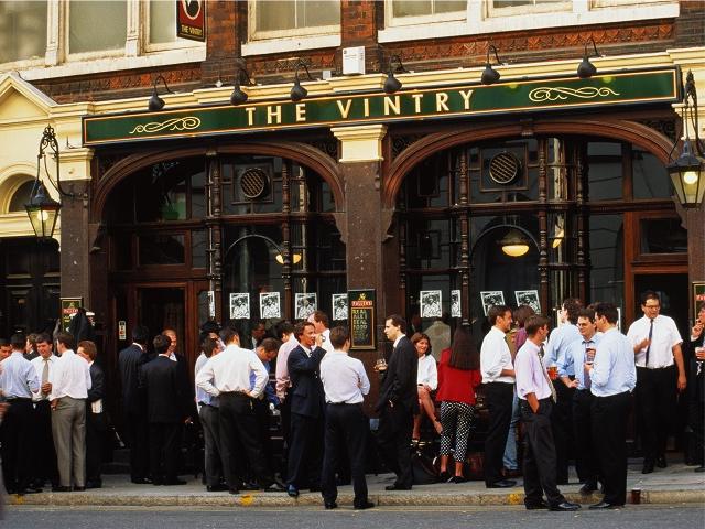 Movimento em pub no centro de Londres