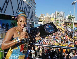 Margareth Menezes ganha homenagem por promover folia sustentável