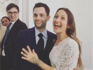 """Penn Badgley, de """"Gossip Girl"""", se casa em cerimônia coletiva em NY"""