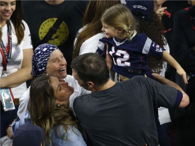 Galynn, Gisele e Vivian Brady com Tom    Créditos: Getty Images