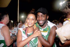 Taís Araújo e Lazaro Ramos levam os filhos para pular o Carnaval baiano