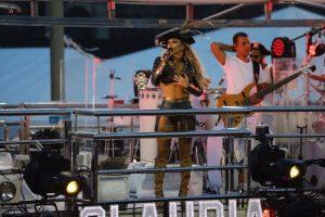 Para fechar a folia, Claudia Leitte aposta em look e make à la Piratas do Caribe