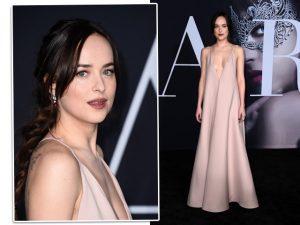 A bordo de Valentino minimalista, Dakota Johnson para tudo em première em LA