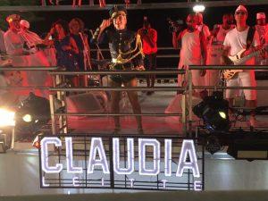Claudia Leitte faz as vezes heroína ao ajudar a salvar criança perdida na pipoca