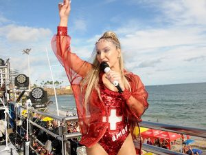 Claudia Leitte se veste de salva-vidas e arrasta multidão com sede de folia