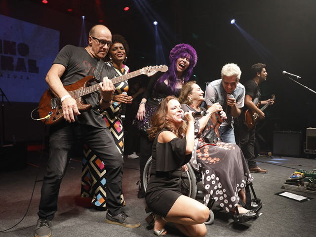 Lucinha Araújo sobe ao palco para homenagear Cazuza