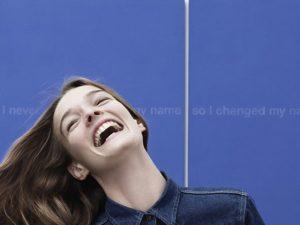 Raf Simons traz de volta minimalismo à Calvin Klein em logo e campanha