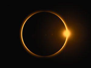 Crescimento à vista com Lua e Sol de mãos dadas