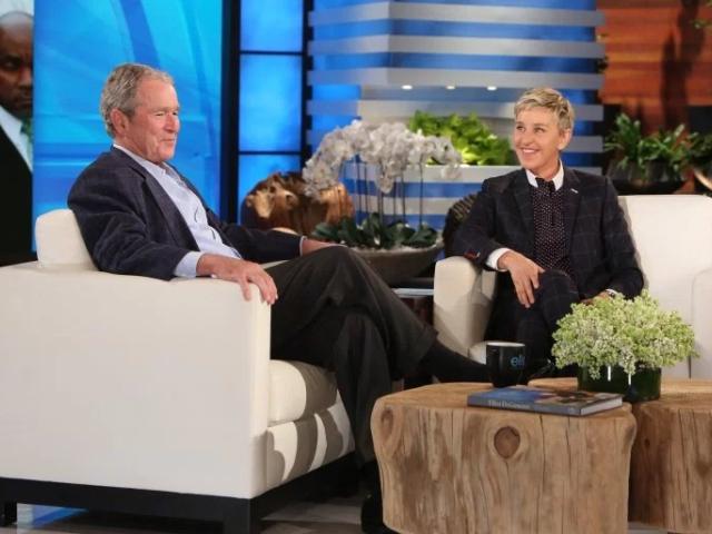 Bush no sofá de Elle DeGeneres || Créditos: Reprodução/Telepictures Productions