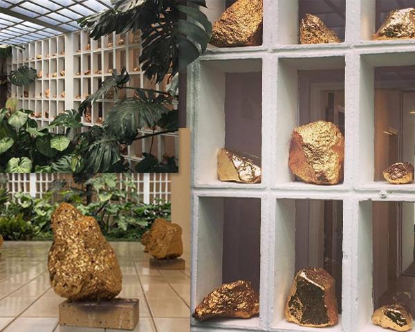 Instalação de pedras vulcânicas banhadas a ouro do artista mexicano Bosco Sodi || Créditos: Reprodução / Instagram