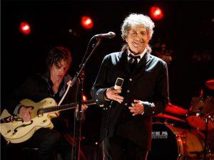 Cinco meses após vencer Nobel, Bob Dylan aceita receber o prêmio…
