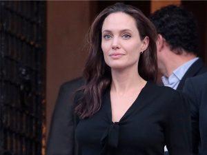 Depois de dar aula, Angelina Jolie fez tour privée pelo Palácio de Buckingham