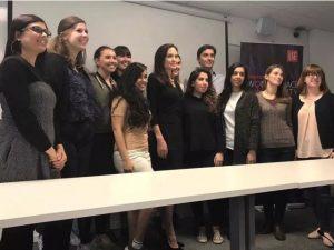 Angelina Jolie estreia como professora em renomada instituição britânica