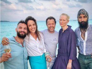 O encontro de Malu Barretto e Vik Muniz com Tilda Swinton nas Maldivas