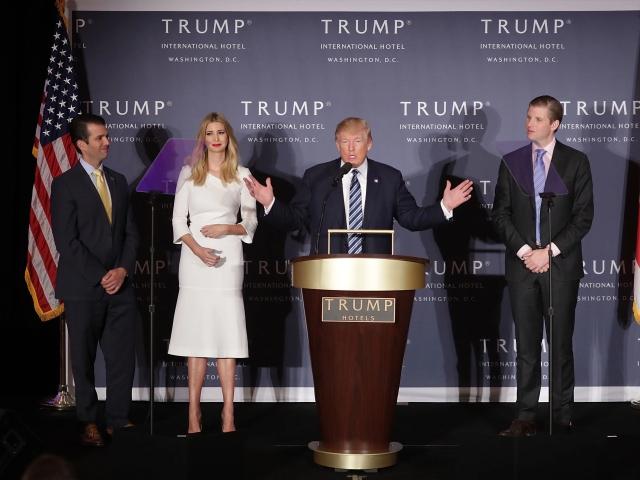 Trump entre os filhos: Don Jr. e Ivanka, e Eric