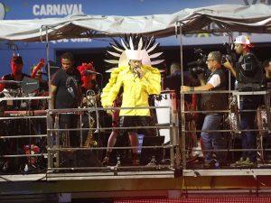 Carlinhos Brown abre seu cortejo pedindo a todos os santos o bem de Gil