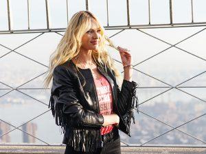 Candice Swanepoel entrega truques de beleza e fala da parceria com a Givenchy