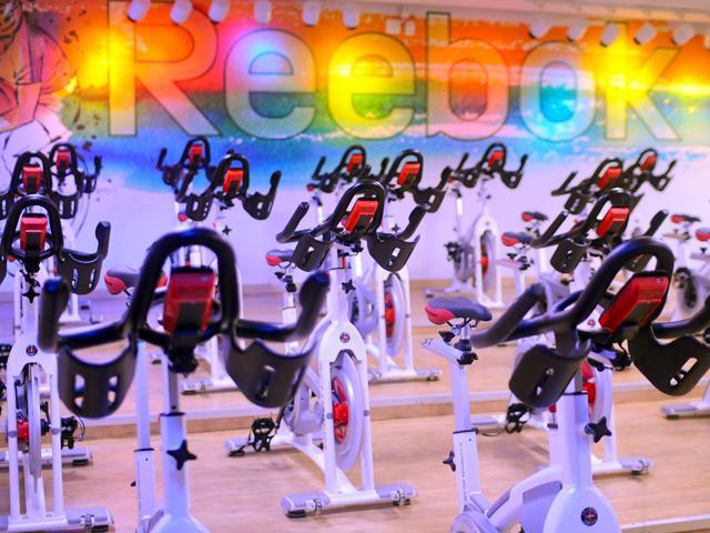 A atmosfera da sala Cycle, da Reebok Sports Club do Shopping Cidade Jardim || Créditos: Divulgação