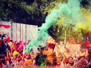 Felicidade e perdão nesta segunda no Holi Festival na Índia! Confira imagens!