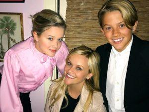 Reese Witherspoon posta foto com os filhos e semelhança impressiona