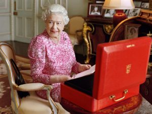 Elizabeth II procura profissional para cuidar dos mil cômodos de suas casas