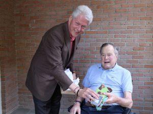 Bill Clinton visita Bush pai e eles falam sobre filhos, netos e… meias!
