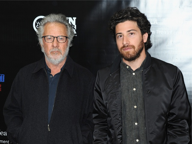 Dustin Hoffman com o filho, Jacob    Créditos: Getty Images