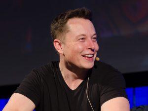 Elon Musk sonha em colonizar Marte, mas ganha bilhões em Terra