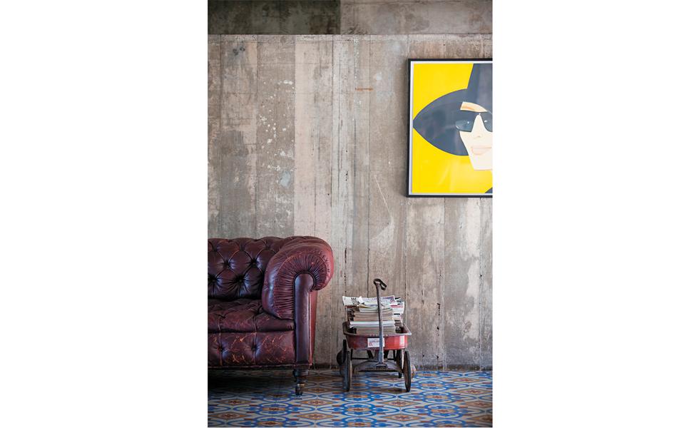 Destaque para o carrinho infantil vintage, sofá Chesterfield e quadro de Alex Katz