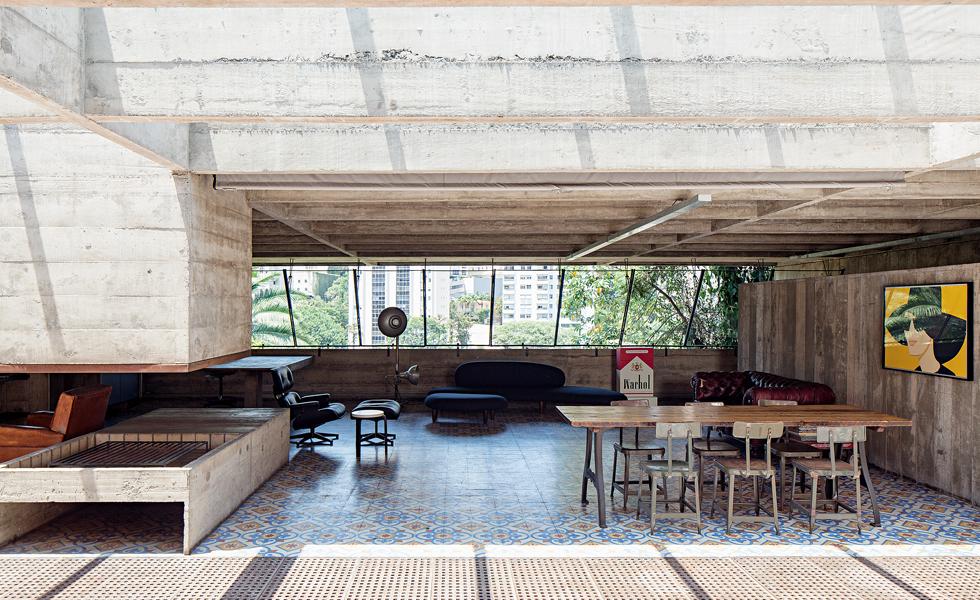 A sala principal, sem paredes ou divisórias – a iluminação é natural e os móveis garimpados pelo dono