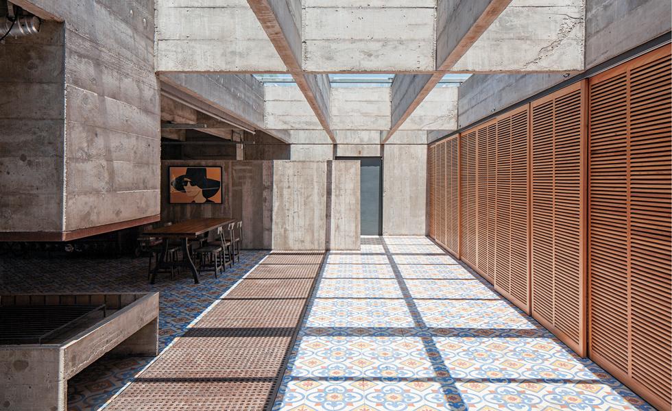 A iluminação natural e as portas de madeira que separam a sala principal das suítes