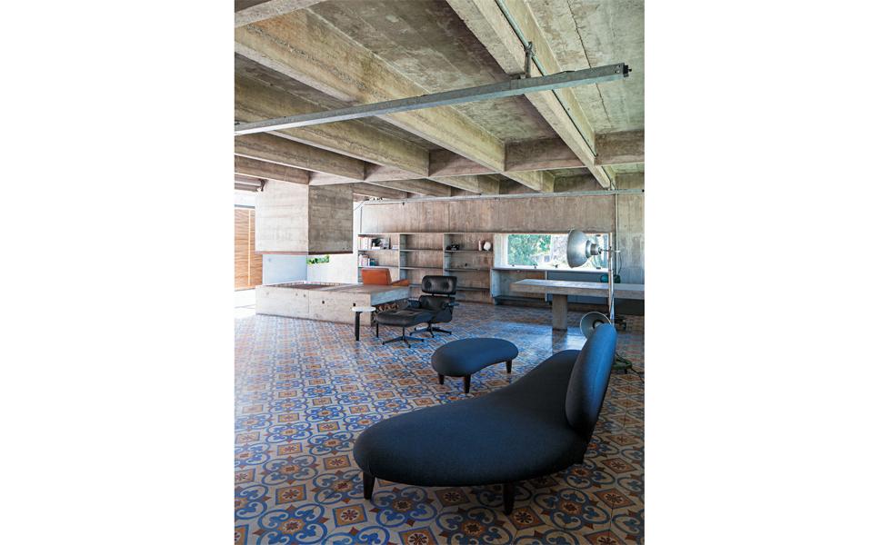 Na sala principal, sofá Freeform Sofa & Ottoman, de Isamu Noguchi, poltrona Charles Eames e luminária garimpada em Nova York