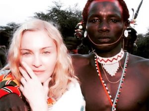 Madonna cola em guerreiro e diz que vai escrever uma autobiografia