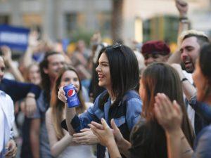 Kendall Jenner embolsou uma bolada pelo polêmico comercial da Pepsi